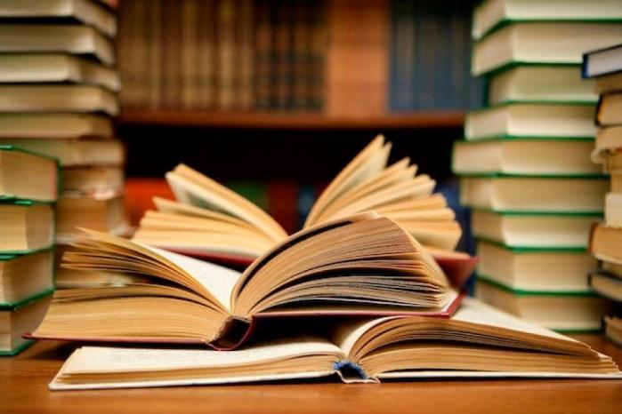 """طفل يدخل موسوعة """"غينيس"""" بحفظ مقدمات 129كتابًا"""