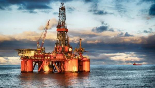 النفط يتراجع دون 65 دولارا للبرميل في أول انخفاض أسبوعي منذ نوفمبر