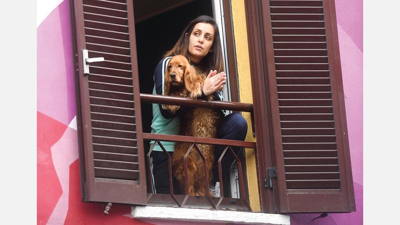 الإيطاليون يواجهون الحجر الصحي بالغناء من الشرفات