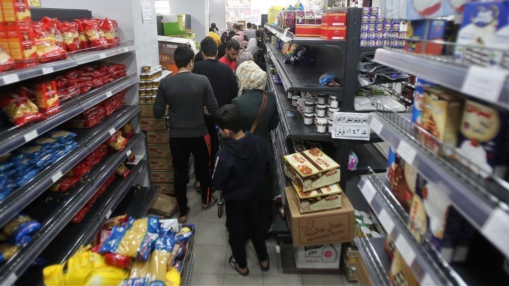 وزير الصناعة: السماح بتصدير مواد غذائية فائضة عن الحاجة