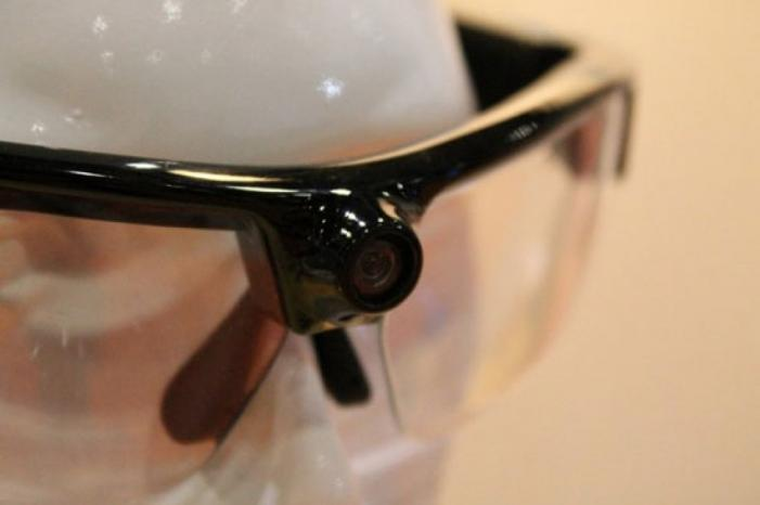 نظارة ذكية لمسح درجة حرارة مستخدمي المواصلات