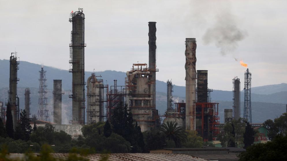 أسعار النفط تهبط دون 45 دولارا وسط ضبابية الطلب وزيادة المعروض