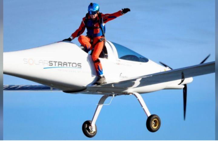 مظلي ينفذ أول قفزة في العالم من طائرة تعمل بالطاقة الشمسية في سويسرا