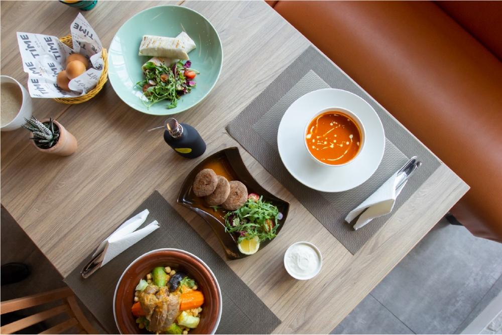فندق وأجنحة تايم أوك يقدم عروض جذابة على مجموعة واسعة من المأكولات والمشروبات