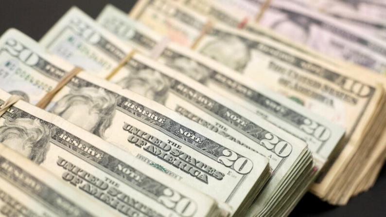الدولار يتجه لتحقيق أفضل أداء أسبوعي هذا الشهر