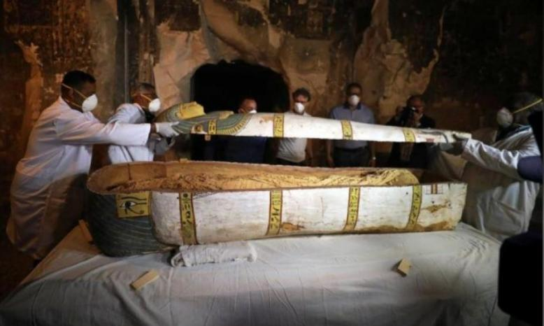 وزير السياحة المصري يفتح تابوتا فرعونيا أمام العالم