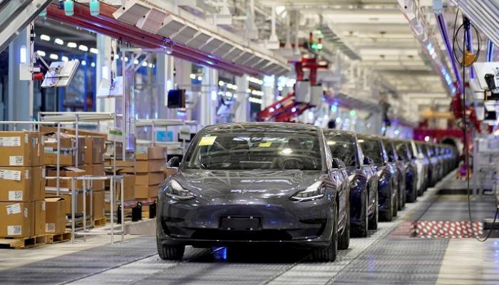 تسلا تطلق برنامجا يمنح سياراتها ميزة القيادة الذاتية