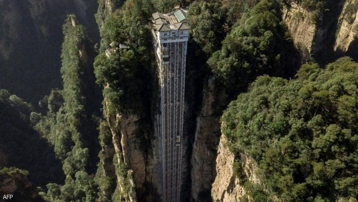 """""""100 تنين"""".. المصعد الخارجي الأطول في العالم يعود للعمل"""