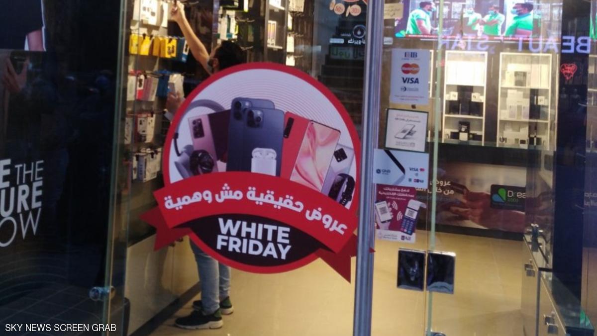 """حرب التخفيضات.. أغرب عروض """"الجمعة البيضاء"""" في مصر"""