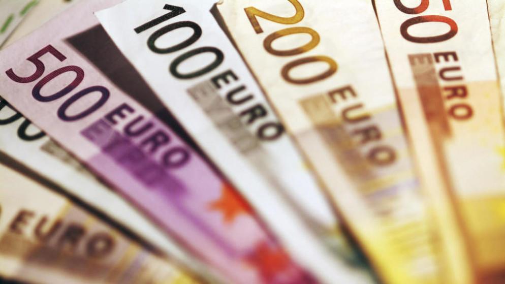 اليورو يسجل ذروة أسبوع وآمال اللقاح ترفع معنويات المستثمرين