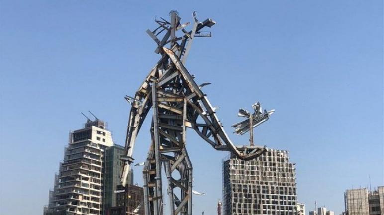 الفنان اللبناني نديم كرم يصنع تمثالاً تذكارياً في مرفأ بيروت