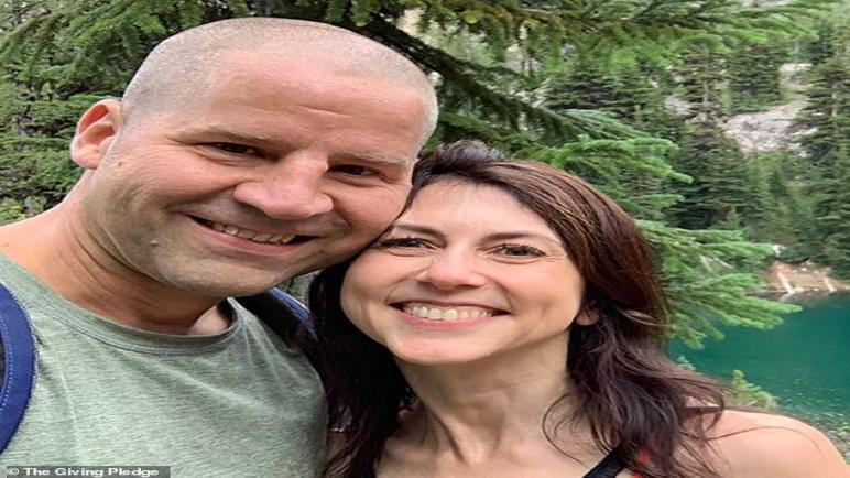 زوجة جيف بيزوس السابقة ماكنزي سكوت تتزوج من مدرس علوم