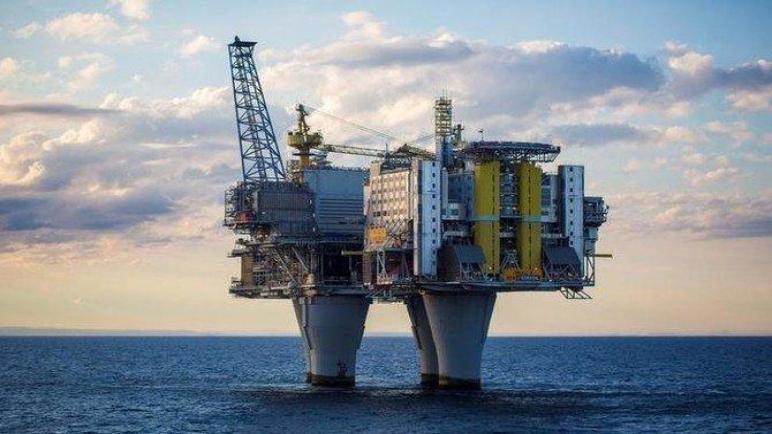 النفط يرتفع إلى أعلى مستوياته في عدة سنوات مع انتعاش الطلب