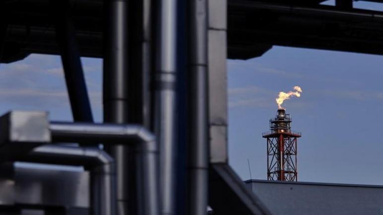 النفط يقترب من 70 دولارًا يقلق الدول المستهلكة ، وقد يعيق التعافي الاقتصادي