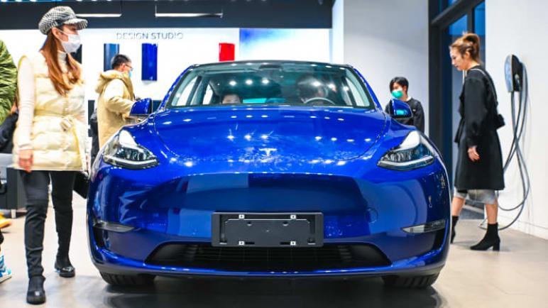 طراز Y من تسلا الصيني الصنع ينطلق على الرغم من تراجع مبيعات سيارات العطلات